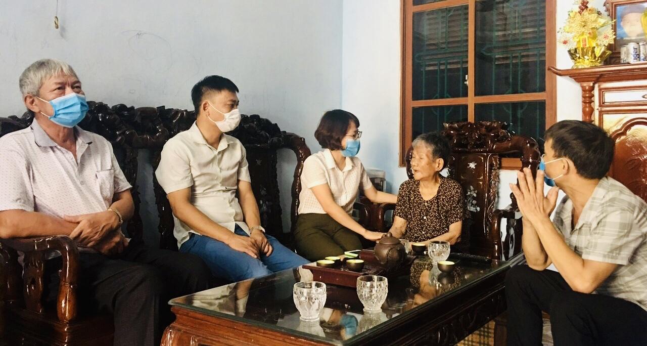 Chị Vũ Lan Anh, Phó Chủ tịch Hội LHPN huyện Gia Lâm thăm hỏi,  tặng quà cho Mẹ Việt Nam anh hùng Dương Thị Giót, xã Yên Viên