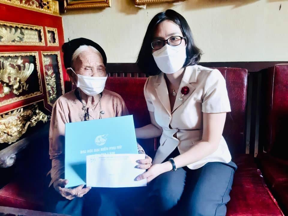 Đồng chí Nguyễn Thanh Hương - Chủ tịch Hội LHPN huyện thăm, tặng quà mẹ VNAH Bùi Thị Nhuần, xã Đặng Xá