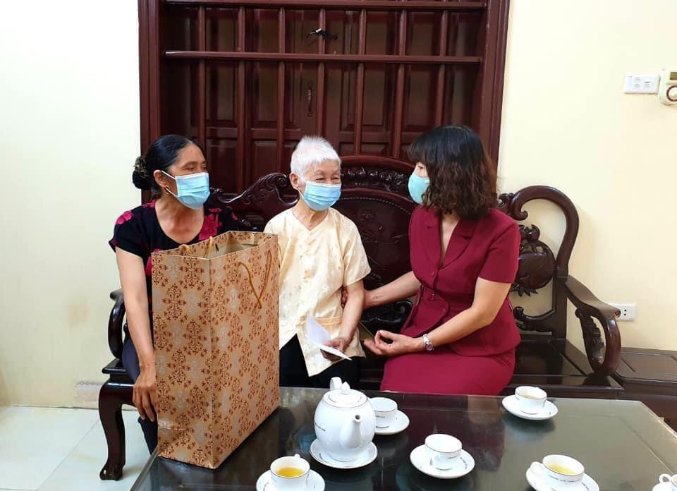 Lãnh đạo Hội Phụ nữ tặng quà cho Mẹ Khúc Thị Khế, xã Văn Đức