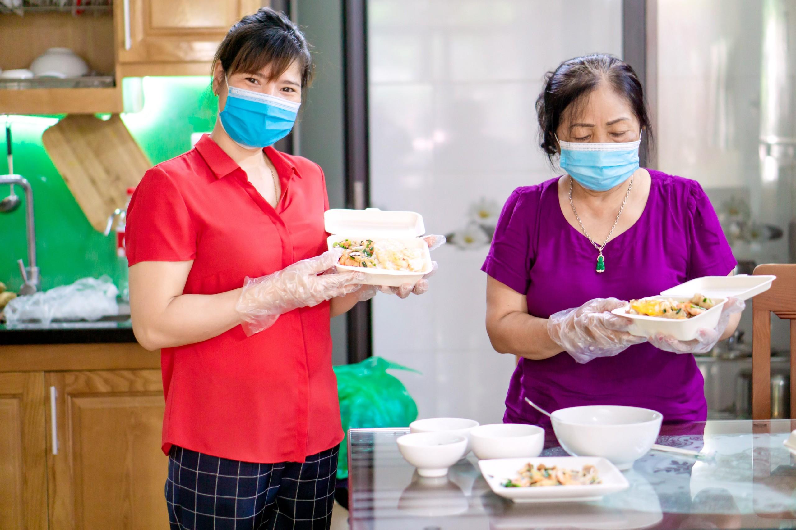 Cán bộ, hội viên Hội LHPN xã Tân Triều đảm nhận nhiệm vụ nấu ăn ngày ba bữa phục vụ lực lượng tham gia trực chốt tại khu tái định cư xóm Chùa trong 14 ngày cách ly