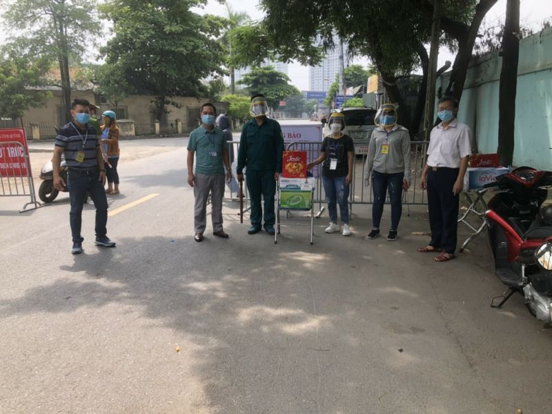 Hội LHPN xã Vĩnh Quỳnh tặng nước mát, mũ chống giọt bắn cho các cán bộ đang trực chốt kiểm soát đi lại