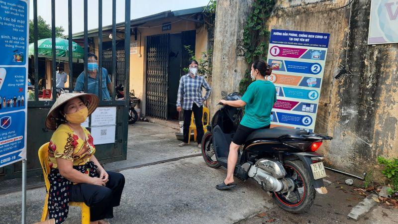 Hội LHPN xã Yên Mỹ, huyện Thanh Trì cử hội viên cùng lực lượng Ban quản lý chợ kiểm soát vé và hướng dẫn nhân dân vào chợ