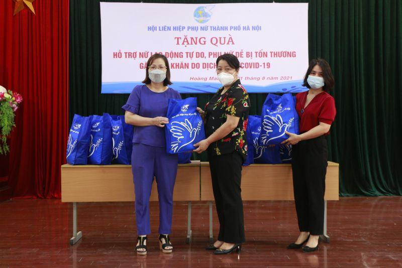 Đồng chí Nguyễn Thị Thu Thủy, Phó Chủ tịch Thường trực Hội LHPN Hà Nội trao quà ủy quyền cho Hội LHPN quận Hoàng Mai trao tặng cho các nữ lao động tự do, phụ nữ dễ bị tổn thương do dịch Covid-19 trên địa bàn