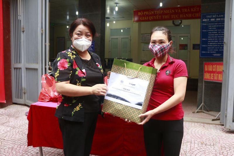 Những suất quà của Hội đã đến với các nữ lao động tự do kịp thời chia sẻ khó khăn với các chị.