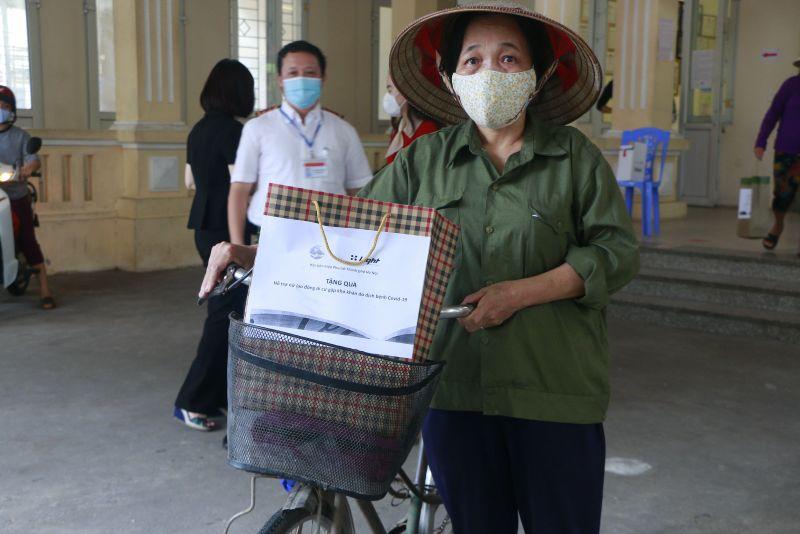 Niềm hạnh phúc của một nữ lao động tự do khi được trở về nhà cùng suất quà hỗ trợ của Hội LHPN Hà Nội