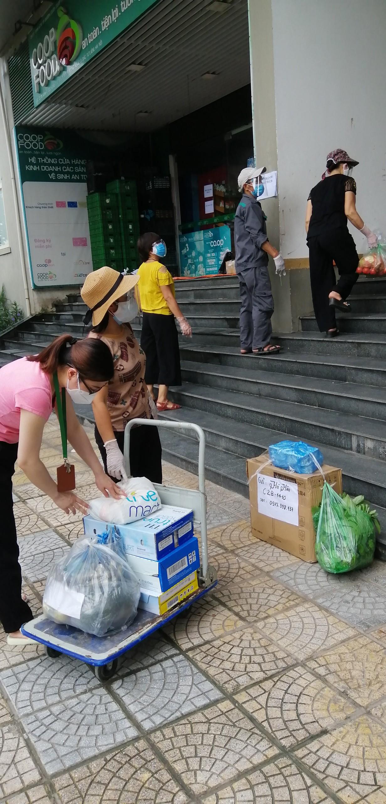 ... đồng thời, hỗ trợ vận chuyển đồ cho người dân đang bị cách ly