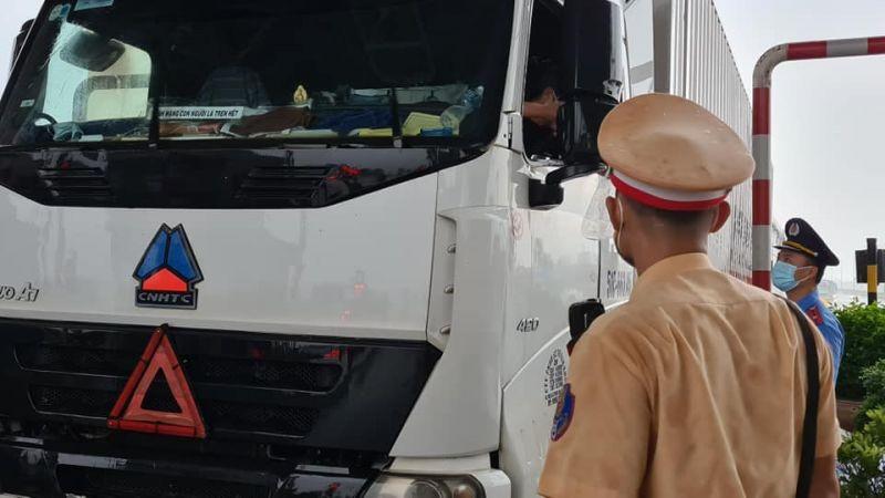 Lực lượng cảnh sát giao thông yêu cầu các phương tiện phải quay đầu do không đủ yêu cầu chống dịch Covid-19