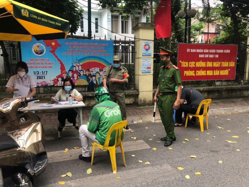 Công an quận Thanh Xuân, TP Hà Nội xử phạt nghiêm những trường hợp vi phạm quy định phòng, chống dịch.