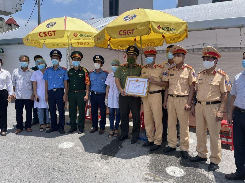 Trung tướng Nguyễn Hải Trung thừa ủy quyền của Chủ tịch UBND TP đã tặng Bằng khen cho chốt số 3.