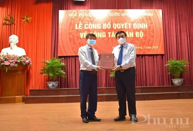 GS,TS. Nguyễn Xuân Thắng, Ủy viên Bộ Chính trị, Giám đốc Học viện Chính trị quốc gia Hồ Chí Minh trao quyết định bổ nhiệm cho đồng chí Phạm Minh Sơn.