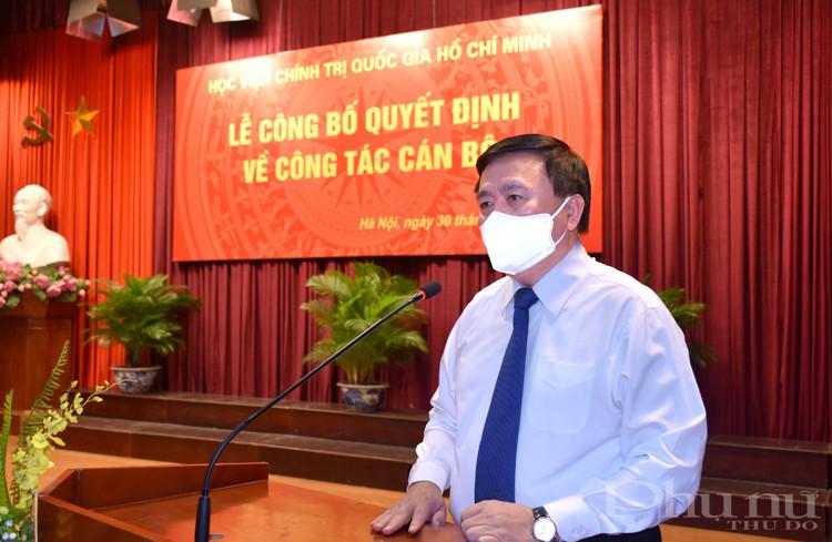 GS,TS. Nguyễn Xuân Thắng, Ủy viên Bộ Chính trị, Giám đốc Học viện Chính trị quốc gia Hồ Chí Minh phát biểu giao nhiệm vụ cho đồng chí Phạm Minh Sơn.