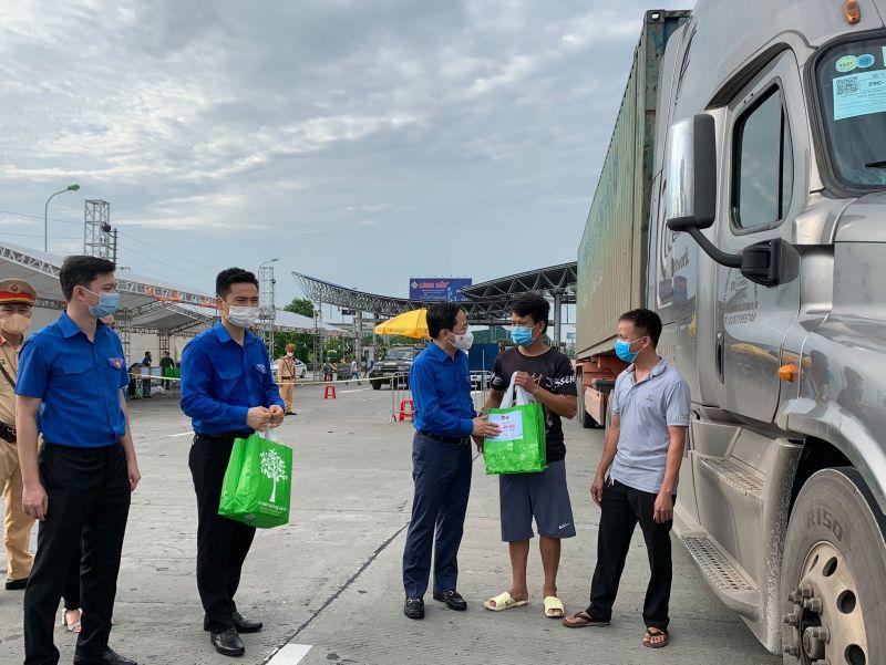 Bí thư Thứ nhất Trung ương Đoàn Nguyễn Anh Tuấn động viên, thăm hỏi, tặng quà các lái xe đường dài.