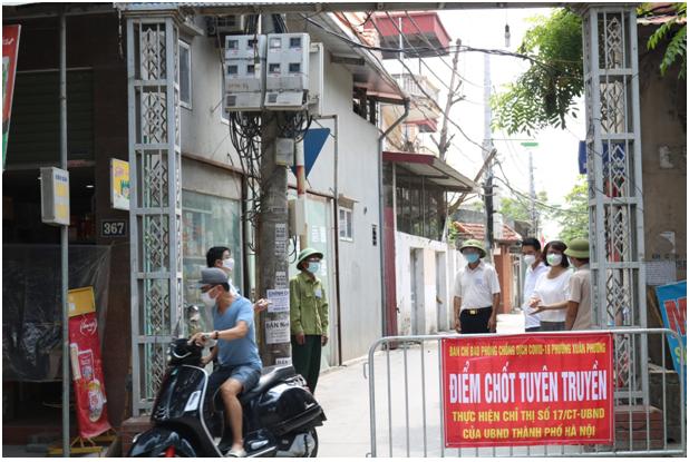 đồng chí Lê Thị Bích Hà – Quận ủy viên – Chủ tịch Hội LHPN quận liên tục cùng các đồng chí lãnh đạo Quận đi kiểm tra hoạt động trực chốt kiểm soát giải quyết những khó khăn, vướng mắc góp phần giúp các chốt trực hoạt động thông suốt, hiệu quả.