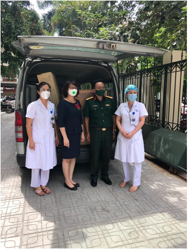 Đ/c Lê Thị Bích Hà (thứ 2 từ trái sang) thay mặt Hội LHPN quận Nam Từ Liêm tặng quà hỗ trợ Trung tâm Y tế quận