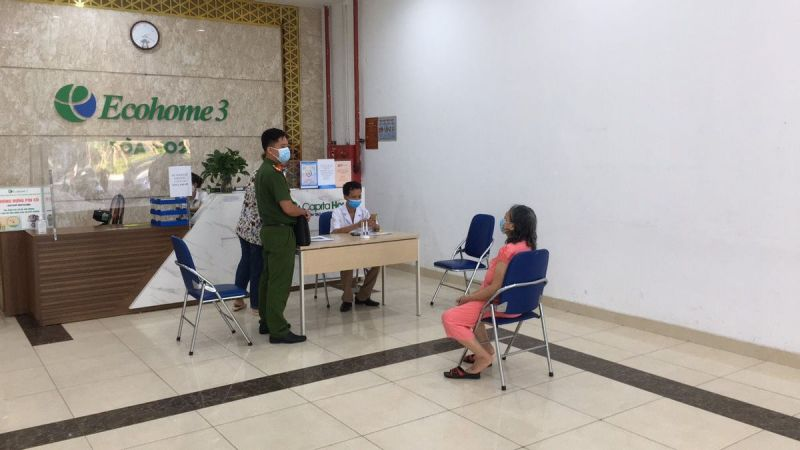 Lực lượng chức năng lập biên bản xử phạt trường hợp công dân không đeo khẩu trang.