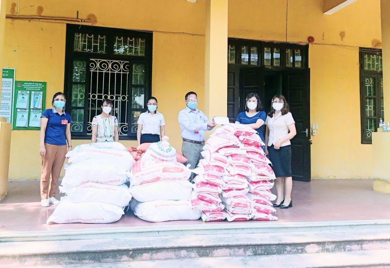Lãnh đạo Hội LHPN huyện tặng gạo cho các gia đình phụ nữ gặp khó khăn do covid-19