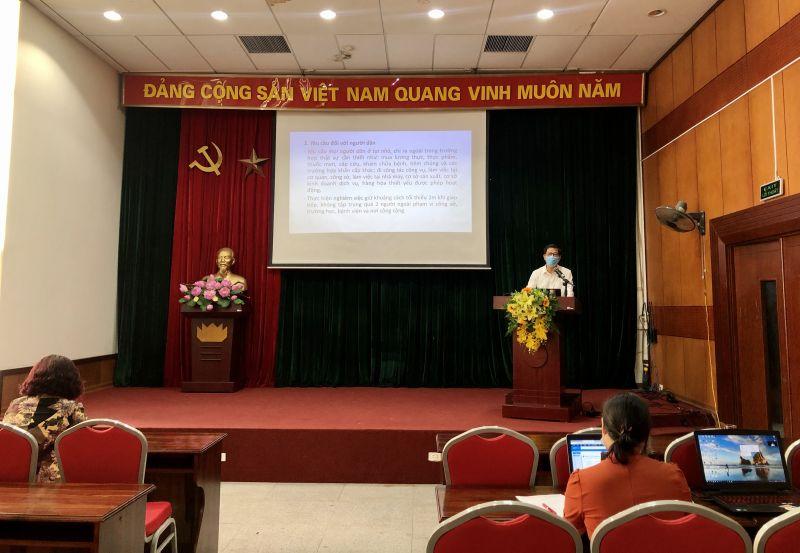 Hình ảnh tại điểm cầu Hội LHPN Hà Nội, diễn giả Hoa Hữu Vân đang trình bày buổi nói chuyện của mình tới các cán bộ, HVPN Thủ đô
