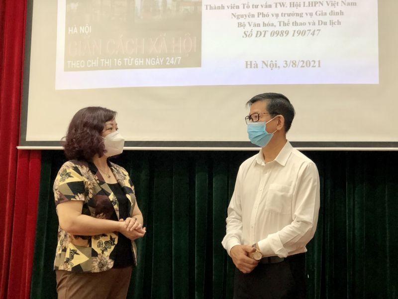 Phó Chủ tịch Hội LHPN Hà Nội Lê Thị Thiên Hương (bên trái) trao đổi với diễn giả Hoa Hữu Vân về nội dung buổi nói chuyện