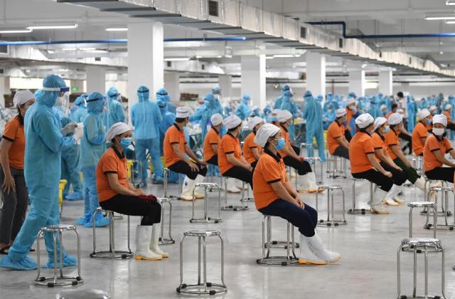 Lấy mẫu xét nghiệm SARS-CoV-2 cho các công nhân một khu công nghiệp tại Bình Dương.