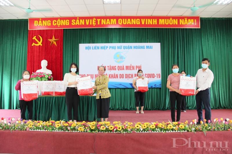 Đại diện lãnh đạo Hội LHPN quận Hoàng Mai và phường Hoàng Liệt trao quà cho hội viên phụ nữ có hoàn cảnh khó khăn trên địa bàn phường.
