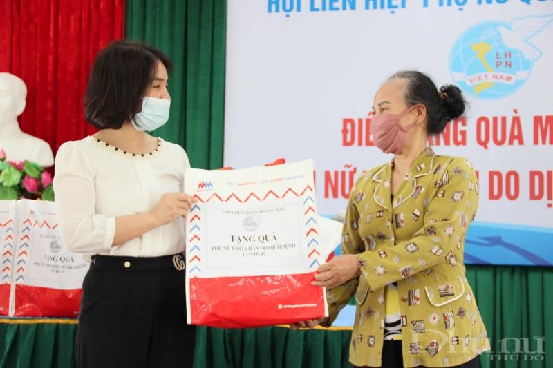 Với những phần quà thiết thực, Hội LHPN quận Hoàng Mai luôn đồng hành cùng chính quyền giúp người dân, nhất là hội viên phụ nữ vượt qua khó khăn trong mùa dịch.