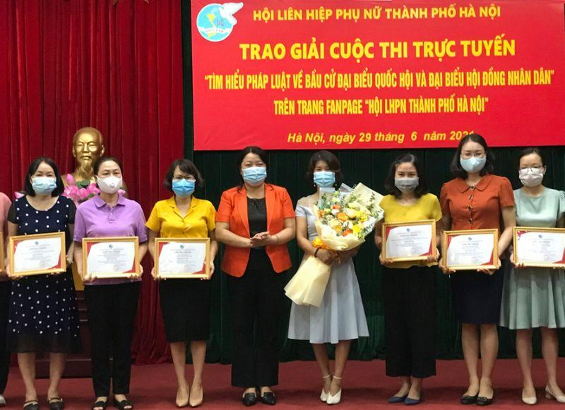 Phó Chủ tịch Thường trực Hội Liên hiệp phụ nữ thành phố Hà Nội Nguyễn Thị Thu Thủy trao giải cho các cá nhân.