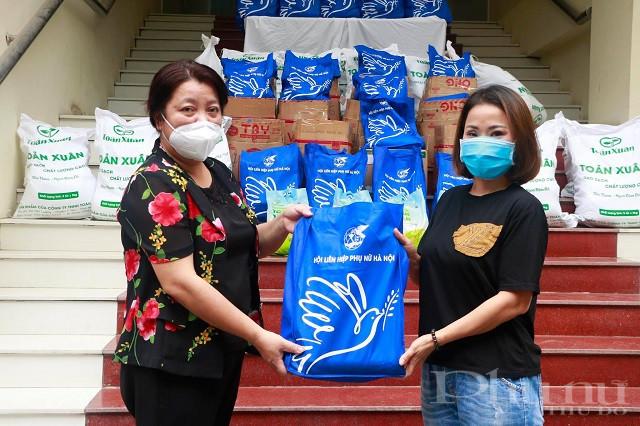 Đồng chí Nguyễn Thị Thu Thủy - Phó Chủ tịch thường trực Hội LHPN Hà Nội trao quà cho phụ nữ lao động di cư quận Hoàng Mai.