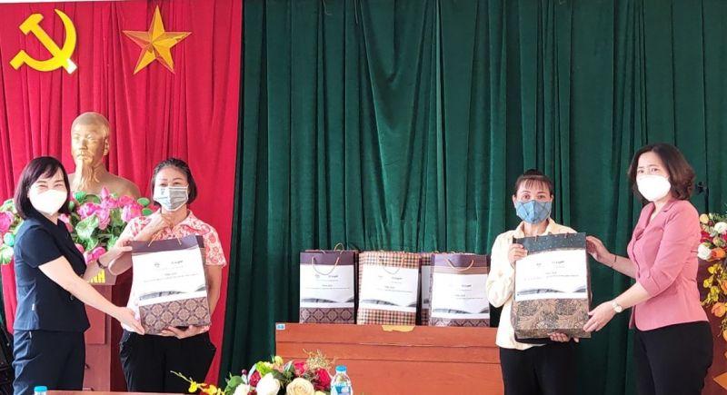 Chủ tịch Hội LHPN Hà Nội tặng quà hỗ trợ lao động nhập cư