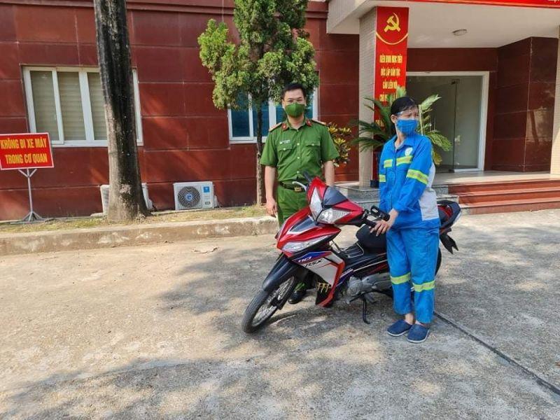 Chị Trâm được xúc động khi được Công an quận Nam Từ Liêm tặng xe máy