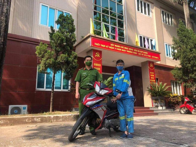 Đại diện Công an quận Nam Từ Liêm tặng xe máy cho chị Lê Thị Trâm