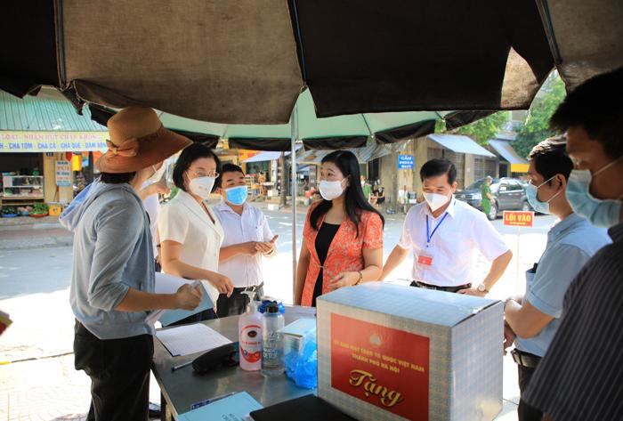 Đồng chí Nguyễn Lan Hương kiểm tra công tác phòng, chống dịch tại Chợ nông sản thực phẩm, phường Quang Trung