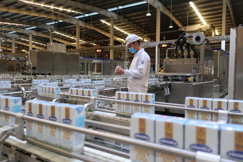 """Các nhà máy của Vinamilk trên cả nước thực hiện """"3 tại chỗ"""", duy trì sản xuất, đảm bảo đáp ứng nhu cầu sản phẩm dinh dưỡng trong dịch bệnh."""