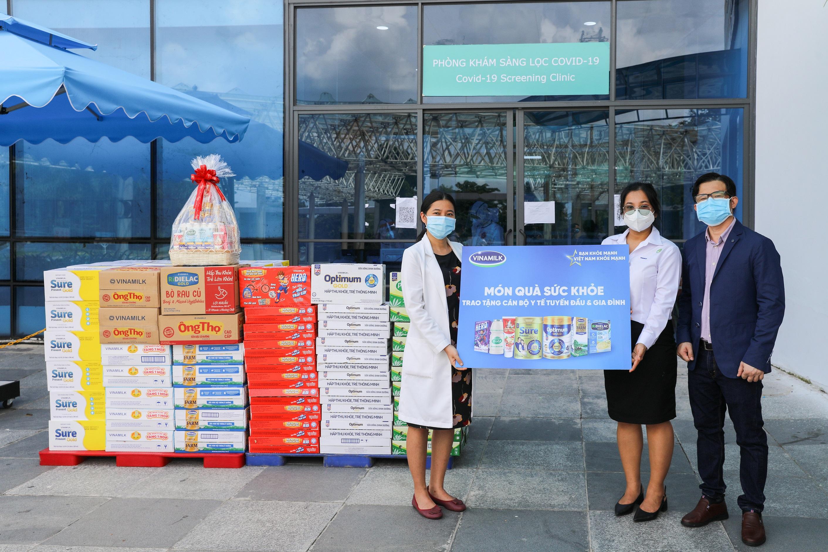 Song song với việc hỗ trợ người tiêu dùng, Vinamilk đã thực hiện nhiều chương trình vì cộng đồng như tiếp sức tuyến đầu tại 50 bệnh viện, tặng 45.000 phần quà cho người dân gặp khó khăn…