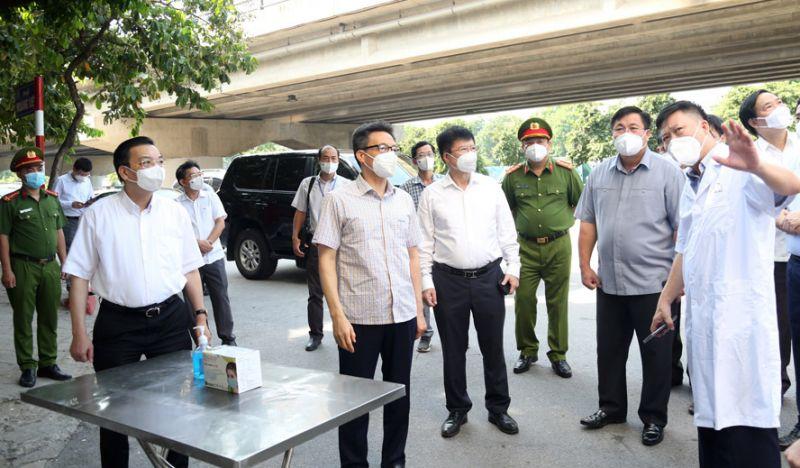 Phó Thủ tướng Chính phủ Vũ Đức Đam, Chủ tịch UBND thành phố Hà Nội Chu Ngọc Anh kiểm tra công tác phòng, chống dịch Covid-19 tại khu phong tỏa tòa nhà VP6 Bán đảo Linh Đàm (quận Hoàng Mai).