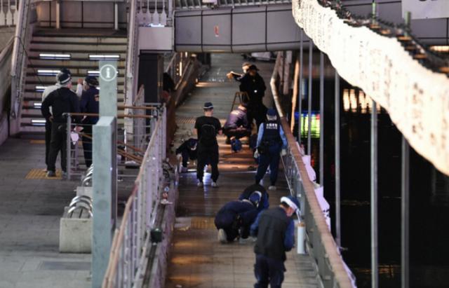 Cảnh sát tại hiện trường vụ án mạng ở Osaka, Nhật Bản vào khoảng 21h46 tối 2-8. Vụ việc xảy ra ở đoạn gần cầu Ebisu, trên sông Dotonbori.