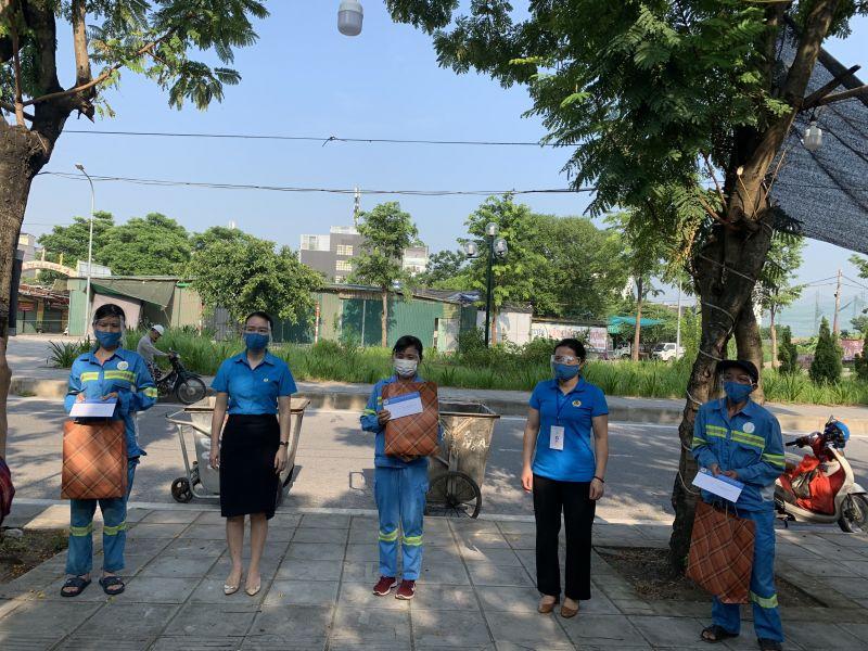 Đại diện Công đoàn ngành Xây dựng Hà Nội tặng quà hỗ trợ anh chị em công nhân