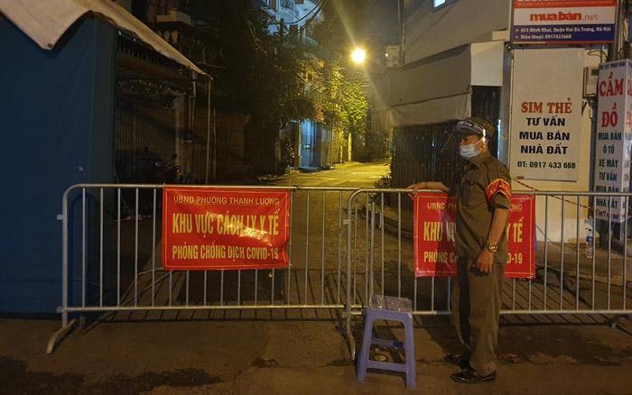 Phong tỏa tạm thời toàn bộ ngõ 651 Minh Khai sau khi có 20 trường hợp nghi nhiễm Covid-19.