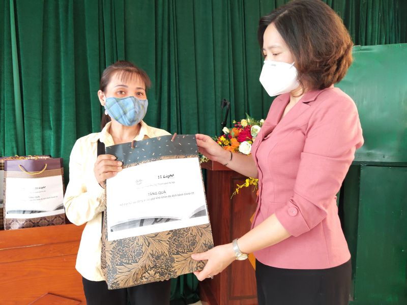 Đồng chí Lê Kim Anh, Chủ tịch Hội LHPN Hà Nội trao quà cho nữ lao động di cư trên địa bàn phường Phúc Tân, quận Hoàn Kiếm.
