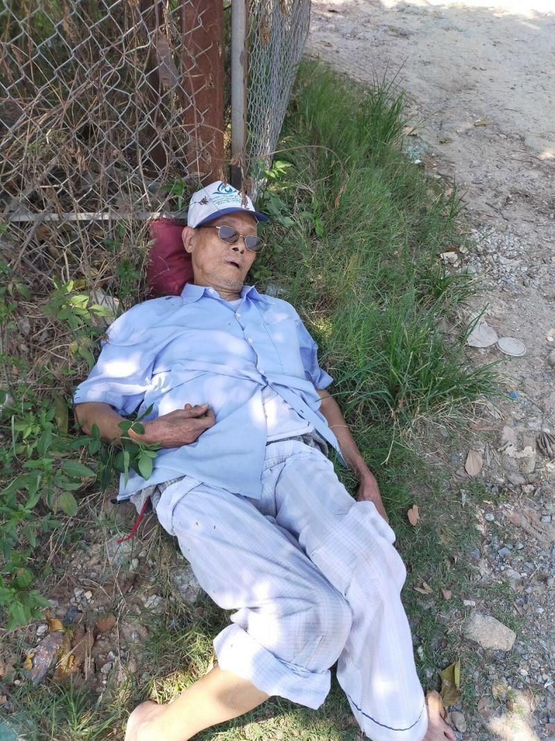 Cụ già nằm ngất bên đường