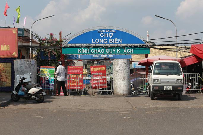 Chợ Long Biên bị phong tỏa do có ca Covid-19.