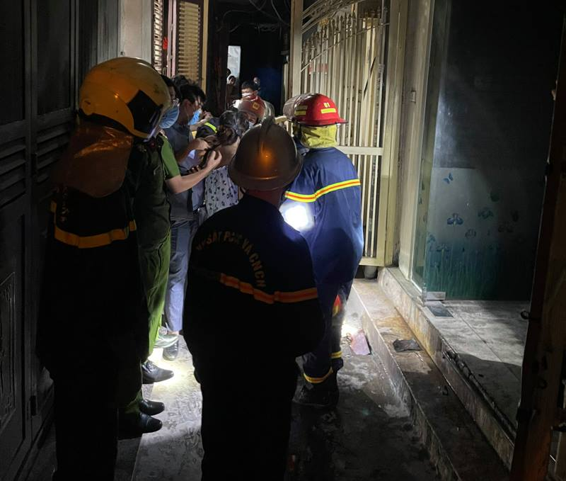 Lực lượng chức năng đang dập tắt đám cháy và cứu những người mặc kẹt xuống