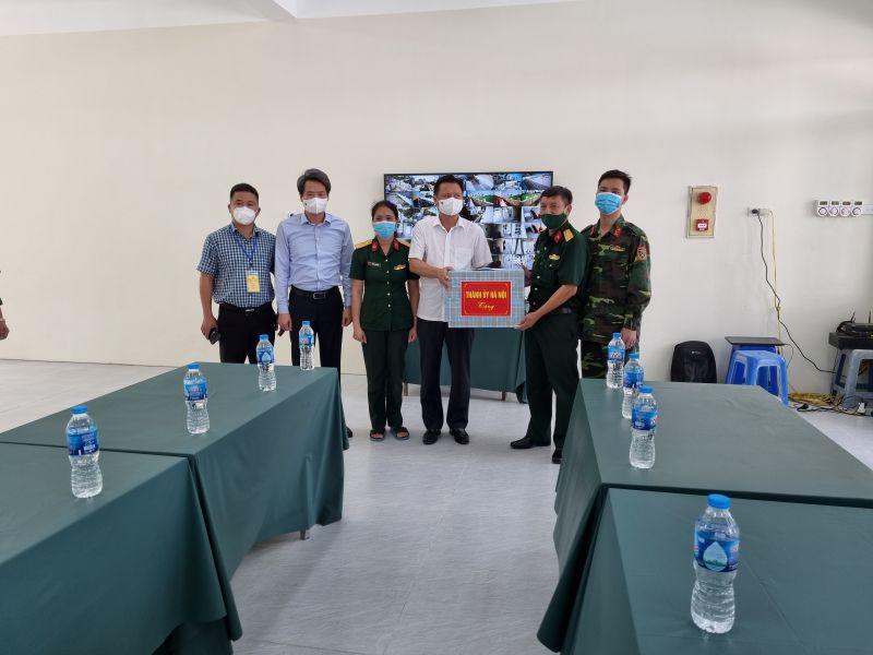Đoàn công tác của Ban Thường vụ Thành ủy Hà Nội tặng quà chốt kiểm soát tại thị trấn Trạm Trôi (huyện Hoài Đức).
