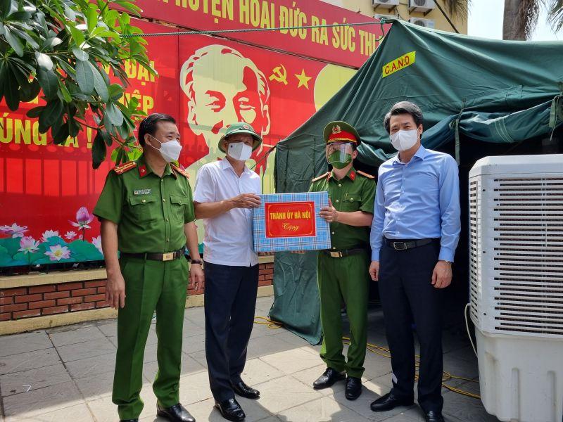 Đoàn công tác của Ban Thường vụ Thành ủy Hà Nội tặng quà lực lượng làm nhiệm vụ tại khu cách ly tập trung Trường Tiểu học thị trấn Trạm Trôi (huyện Hoài Đức).