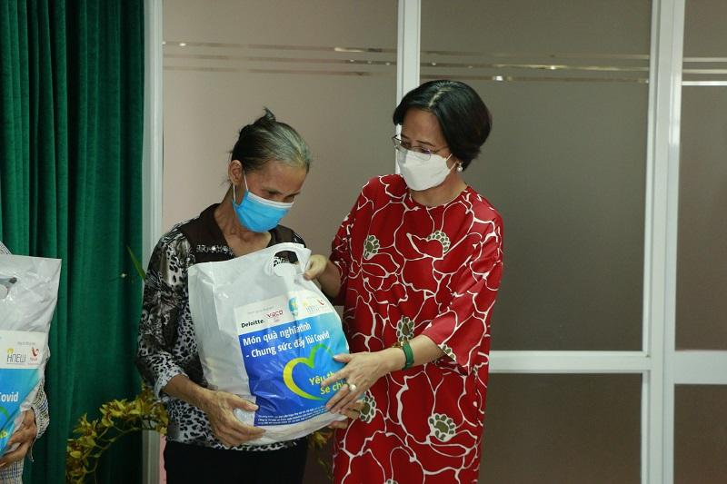 Tại buổi tiếp hận, đại diện Hội LHPN Hà Nội và các đơn vị đồng hành đã cùng trao quà tới đại diện 5 phụ nữ khó khăn