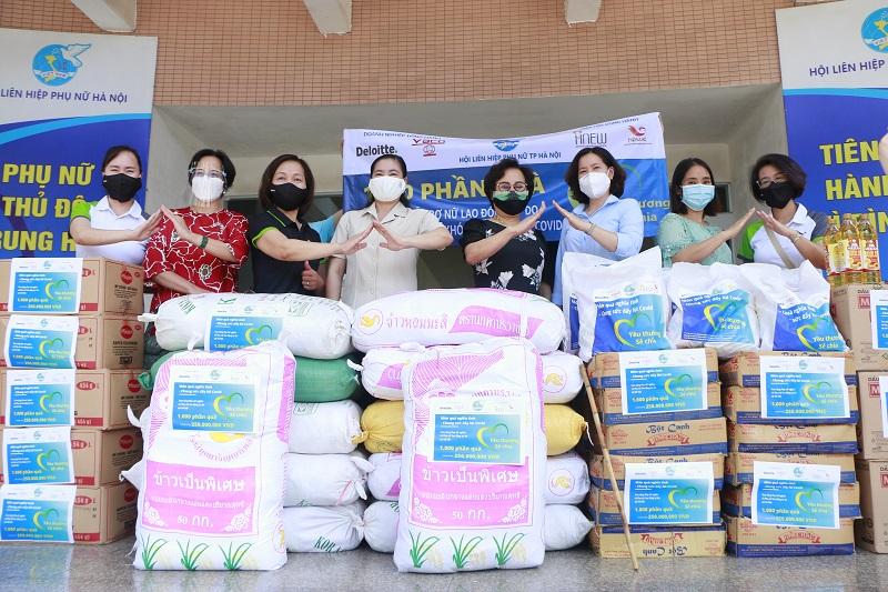 Những suất quà được các đơn vị đồng hành gửi tới Hội LHPN Hà Nội để trao tặng nữ lao động tự do, phụ nữ dễ bị tổn thương do dịch Covid-19