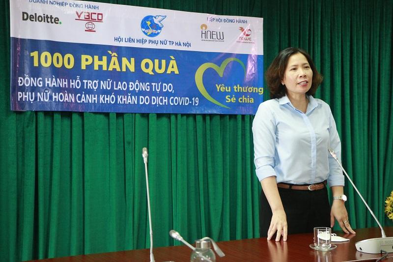 Chủ tịch Hội LHPN Hà Nội Lê Kim Anh khẳng định, với tinh thần trách nhiệm, tình cảm yêu thương, Hội sẽ chuyển 1000 suất quà tới tận tay các phụ nữ khó khăn trên địa bàn