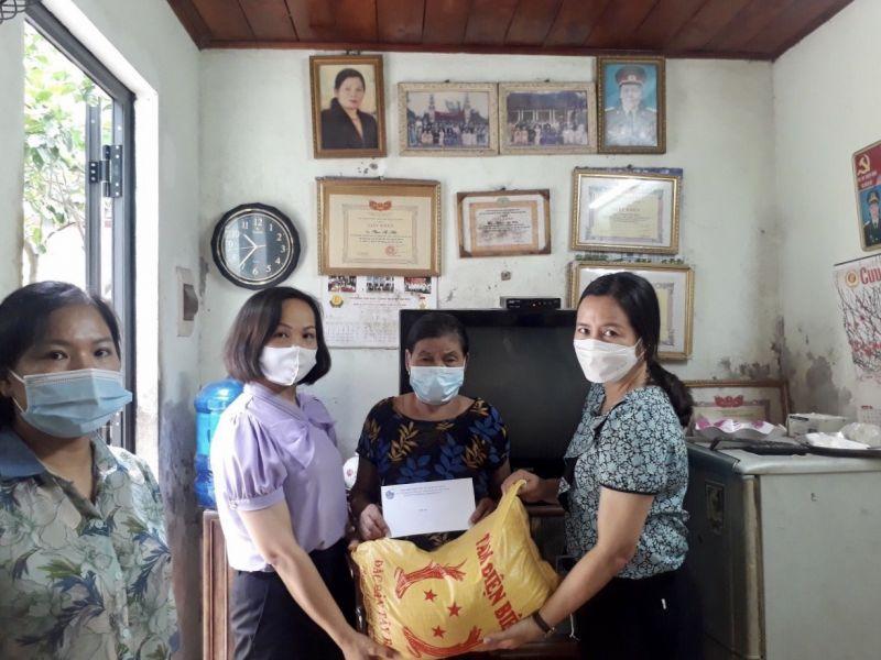 Hội LHPN quận Hà Đông thăm, tặng quà bà Phạm Thị Hiền, nữ cựu thanh niên xung phong có hoàn cảnh neo đơn