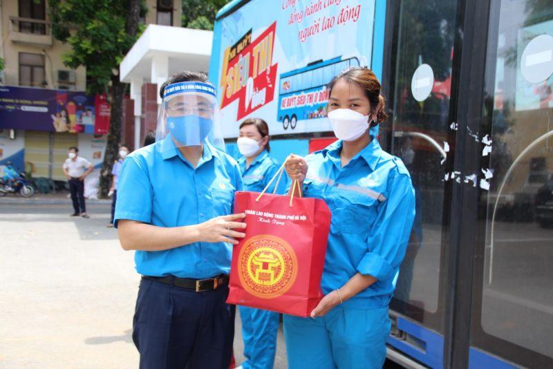 Lãnh đạo Liên đoàn Lao động Hà Nội trao quà hỗ trợ nữ công nhân công ty TNHH MTV Nước sạch Hà Đông