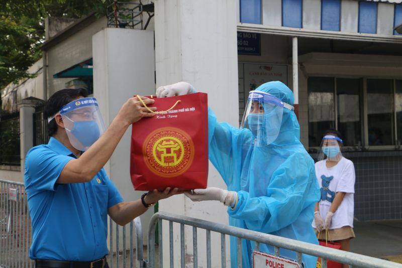Phó Chủ tịch LĐLĐ Thành phố Nguyễn Chính Hữu đã trao 430 suất quà cho đoàn viên, người lao động đang trong thời gian cách ly vì dịch Covid-19 tại công ty TNHH Thời trang Star, huyện Chương Mỹ