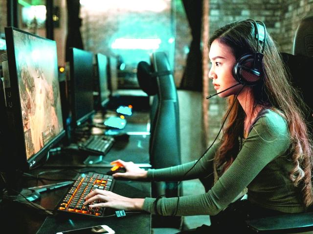 Shu Faye Wong, một streamer trên nền tảng Twitch từ Malaysia, dành từ 4-8 giờ mỗi ngày để chơi game và phát trực tiếp với người hâm mộ.